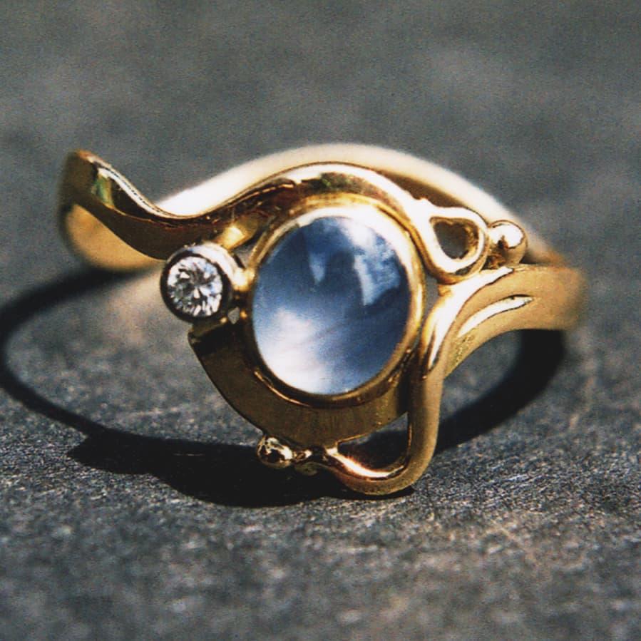18. 18ct Yellow Gold Star Sapphire and DIamond Ring