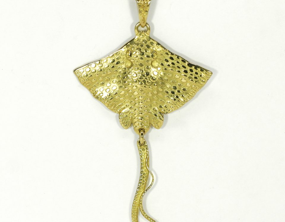 18ct yellow gold stingray pendant