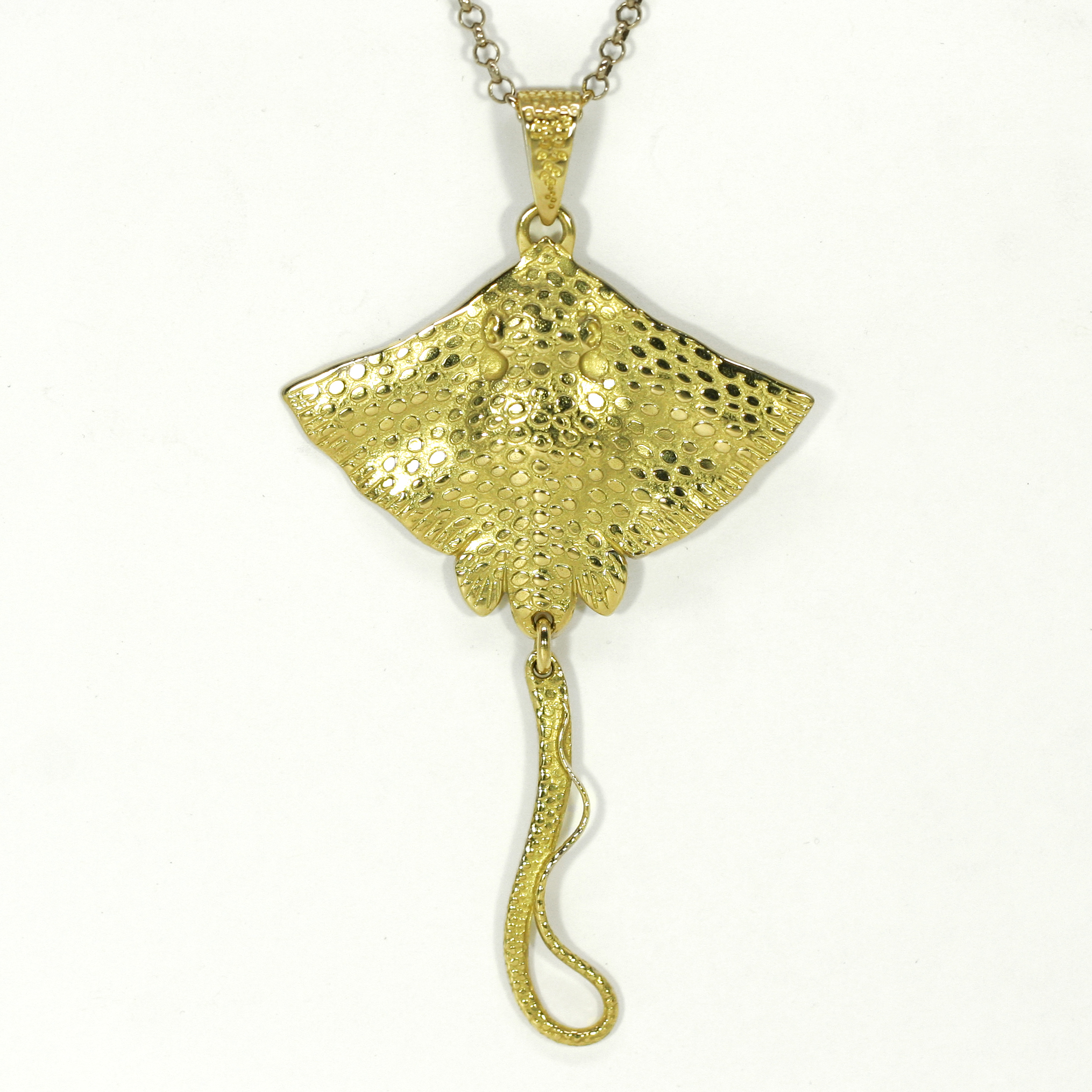 18ct yellow gold stingray pendant